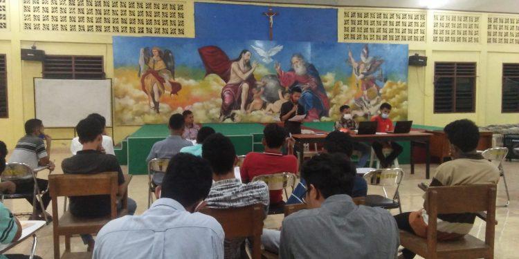 Kegiatan diskusi akademik Fratres Keuskupan Agung Kupang. Diambil pada Jumat, 26 Maret 2021. Pkl. 21.12 WITA